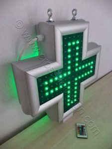Μικρός σταυρός φαρμακείου 45 εκατοστών με αναμμένη μόνο την κεντρική σειρά led.