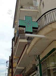 Σταυρός φαρμακείου 3d Matrix 103X103 εκ. πάνω σε κοιλοδοκό κάτω από μπαλκόνι.