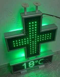 Σταυρός φαρμακείου set 70 με την εσωτερική και κεντρική σειρά led αναμμένη.