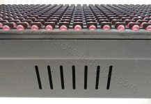 Στην ταμπέλα led 128 x 16 εκατοστών, υπάρχουν αεραγωγοί στην κάτω πλευρά, κατά μήκος της ταμπέλας.