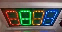 Χρώματα led ηλεκτρονικών πινακίδων βενζινάδικου.